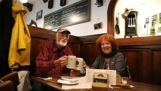 Horst und Martina freuen sich, wieder in ihrem Stammlokal, dem Zwettlers, zu sein. (Bild: Tröster Andreas)