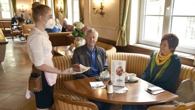 In der Konditorei Hochleitner wurden die ersten Stammgäste mit einer Torte begrüßt. (Bild: Holitzky Roland)