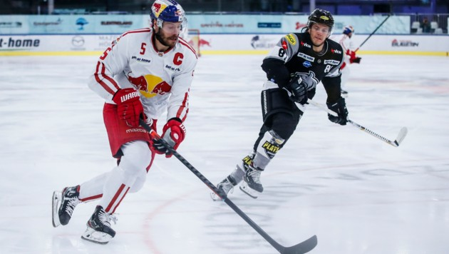 In der neuen Saison sind die Dornbirner Bulldogs (re. Ramon Schnetzer) mit den österreichischen Topklubs wie etwa den Salzburger Eisbullen (li. Thomas Raffl) auf Augenhöhe. (Bild: GEPA pictures/ Jasmin Walter)