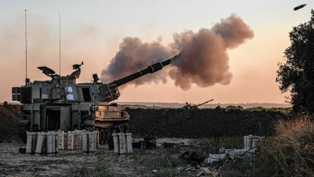 Israelische Panzer feuern auf Hamas-Ziele in Gaza (Bild: The Associated Press)