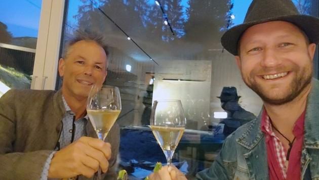 Zu früher Stunde genossen Herbert Wieland (li.) und Walter Holitzky als erste Gäste den Champagner im Mesnerhaus. (Bild: Holitzky Roland)