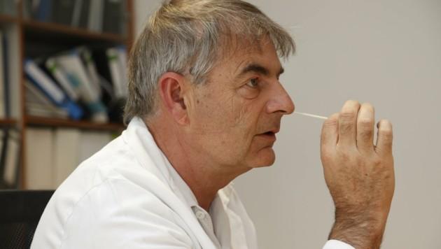 SALK-Universitätsprofessor Gerd Rasp zeigt, wie man den Corona -Selbsttest in den eigenen vier Wänden richtig macht. (Bild: Tschepp Markus)