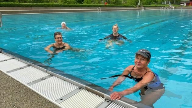 Endlich wieder Schwimmen: Die vier Eisernen Ladys trotzten der Kälte und stürzten sich am frühen Morgen in die Fluten der Enz. (Bild: Sonja Schlingensiepen)