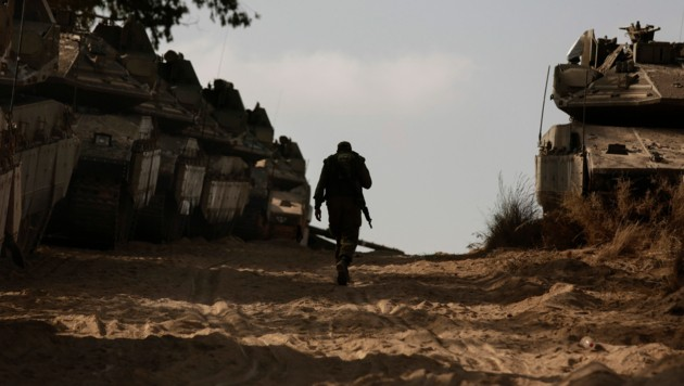 Ein israelischer Soldat an der Grenze zu Gaza (Bild: AP)