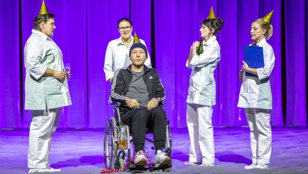 """Im Schauspiel """"Königin der Berge"""" steht Herr Turin (Stefan Riedl) als Multiple Sklerose-Patient sehr gerne im Mittelpunkt. (Bild: Birgit Gufler)"""
