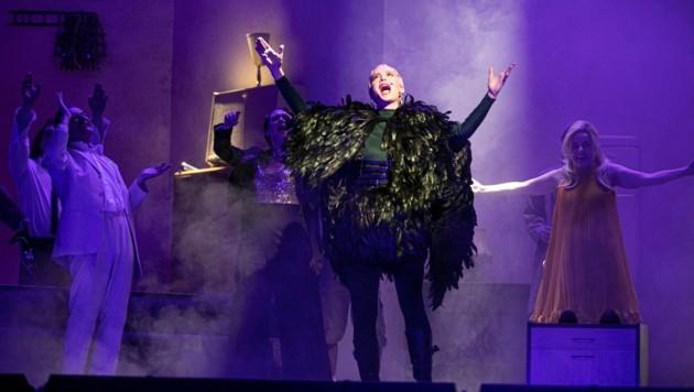 """Sarah Sophia Mayer als Paradiesvogel mit dem Ensemble von """"Ois Offn!"""" (Bild: Karelly Lamprecht)"""