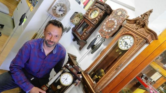 """Eine Vielzahl alter Uhren erfüllt die Räumlichkeiten der Werkstatt mit einem leisen """"Durcheinander-Ticken"""". (Bild: Christof Birbaumer / Kronenzeitung)"""