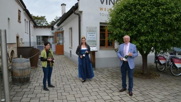 Andrea Seidl, Weinkönigin Susanne I. und Bürgermeister Hans Schrammel vor dem Weinkulturhaus. (Bild: Charlotte Titz)