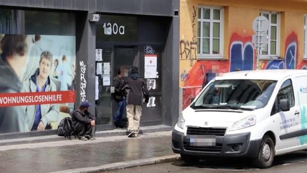 Die Klienten halten sich auch oft auf der Straße vor der Einrichtung auf. (Bild: Zwefo, Krone KREATIV)