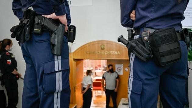 Zum Prozessstart wurde der Linzer Schwurgerichtssaal von der Polizei bewacht. (Bild: Alexander Schwarzl)