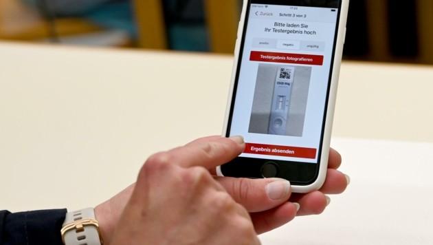 Die App zur Registrierung der Wohnzimmer-Tests ist seit Mittwochabend bei Apple verfügbar, bei Google hängt sie im Freigabe-Prozess fest. Die Notlösung: Über die Homepage Salzburg-testet kann der negative Heim-Test registriert und für Eintritte genutzt werden. Es gibt bereits Betrugsversuche. (Bild: BARBARA GINDL)
