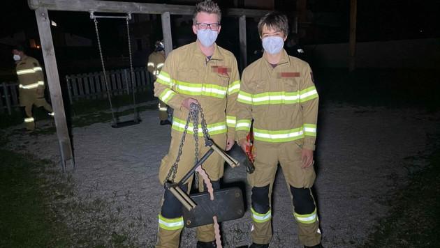 Die Strasser Feuerwehrmänner mit der kaputten Schaukel (Bild: Zoom.Tirol)