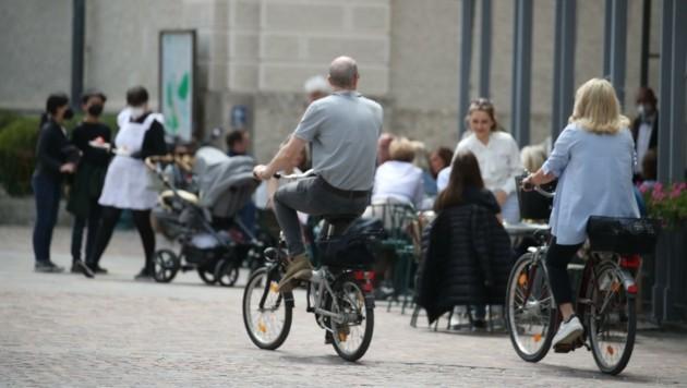 Fast vergessene Bilder: Radfahrer und Kaffeehaus-Gäste (Bild: Tröster Andreas)