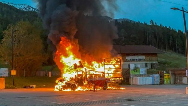 Am Freitagabend brannte in Reith bei Seefeld ein Klein-Lkw aus. (Bild: Zeitungsfoto.at/Team)