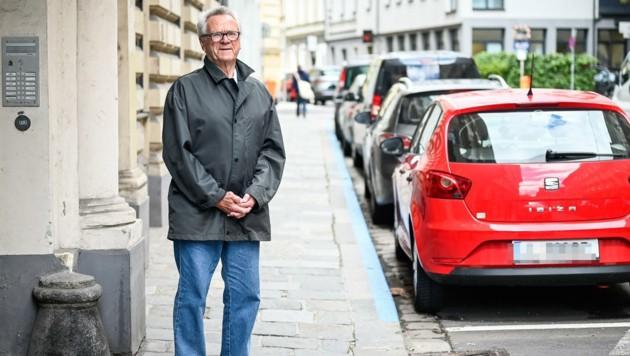 Peter Wachberger (82) am Tatort in der Waltherstraße in Linz (Bild: Alexander Schwarzl)
