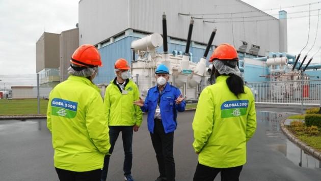 Janko Cerjak diskutiert mit den Aktivisten von Global 2000 am Reaktor-Areal. (Bild: Rojsek-Wiedergut Uta)