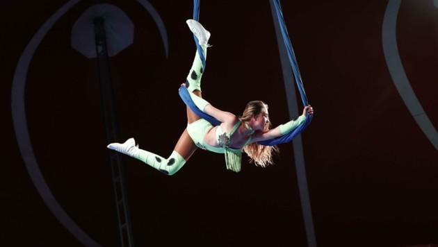 Akrobatik-Kunststücke in der Manage: Vorerst dürfen allerdings nur 150 Zuschauer in das Zirkuszelt (Bild: Tschepp Markus)