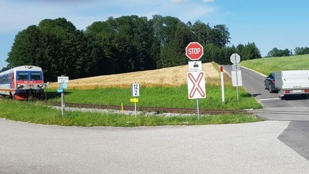 """Vor jeder Kreuzung gibt es ein """"Pfeifkonzert"""" der Bahn (Bild: Werner Pöchinger)"""