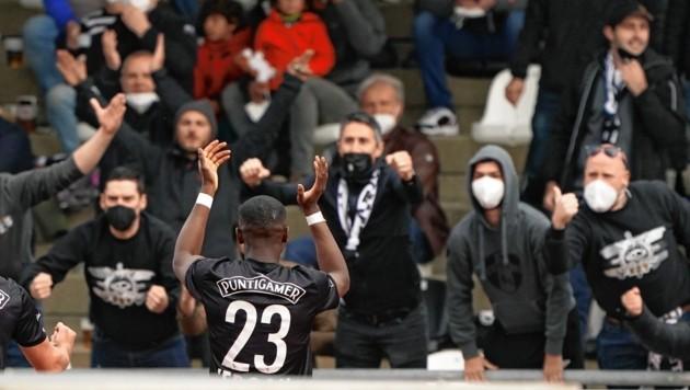 Yeboah vor den Sturm-Fans (Bild: Pail Sepp)