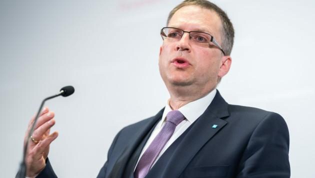 ÖVP-Klubobmann August Wöginger trat nach der Hausdurchsuchung im Bundeskanzleramt vor die Kameras. (Bild: APA/GEORG HOCHMUTH)