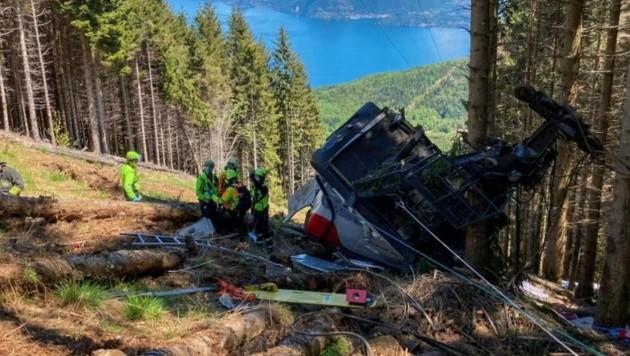 Die völlig zerstörte Gondel der Seilbahn am Lago Maggiore. (Bild: Italienische Bergwacht)