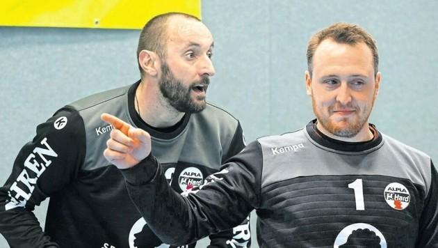 Die beiden Hard-Torhüter Golub Doknic (li.) und Thomas Hurich zogen den Schwazern im ersten Spiel den Nerv. (Bild: Maurice Shourot/Fotomontage)