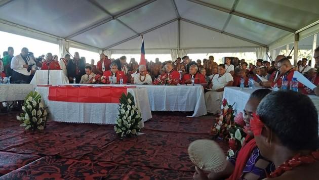 Die Angelobung der ersten Frau an der Spitze von Samoa musste im Zelt stattfinden, weil der abgewählte Vorgänger partout nicht weichen will. (Bild: AFP)