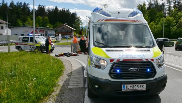 Die beteiligte Pkw-Lenkerin leistete Erste Hilfe und setzte die Rettungskette in Gang. (Bild: zoom.tirol)