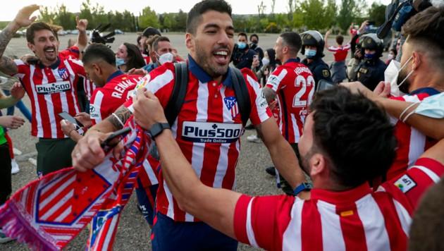 Luis Suarez zum Anfassen: Der Superstar feiert mit den Atletico-Fans (Bild: AP)
