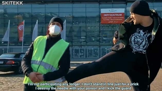 Rapper Skittek tritt in dem Video vor dem Impfzentrum Bremen einen Schauspieler, der einen Security darstellt. (Bild: vimeo.com/Screenshot)
