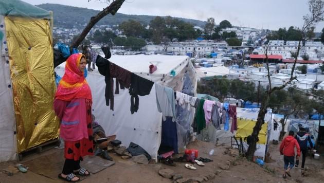 Ungefähr 6000 Menschen leben in dem Camp. 70 Personen müssen sich ein und dieselbe Dixi-Toilette teilen. (Bild: AP/Aggelos Barai)