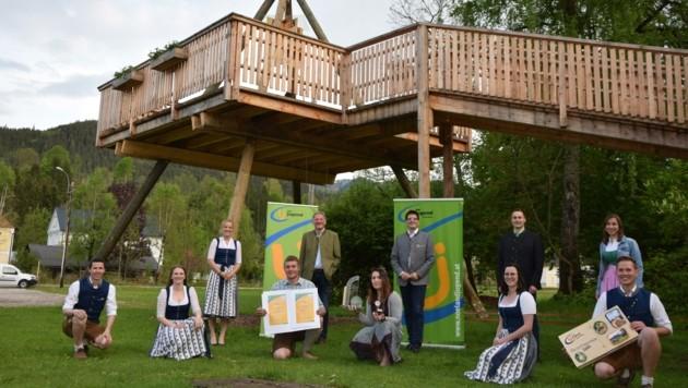 Das Team der Landjugend Göstling mit Gratulanten. (Bild: NÖ Landjugend)