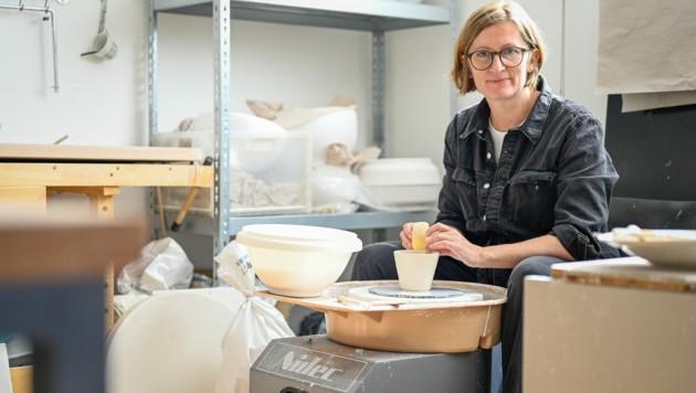 """""""Porzellan ist eine Diva"""", sagt Christine Mittermayr, die vor acht Jahren die """"textpoterie"""" gründete, in der sie ausschließlich mit Porzellan arbeitet. (Bild: Alexander Schwarzl)"""