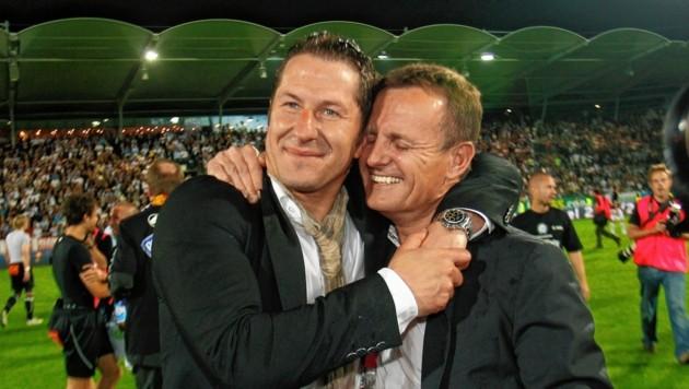 Franco Foda mit Meisterpräsident Gerald Stockenhuber. Die Sensation ist perfekt! (Bild: Sepp Pail)