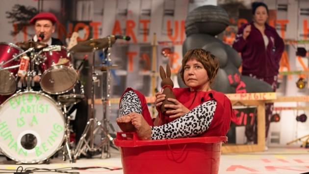 Katharina Knap im kunterbunten Setting auf der kleinen Studiobühne des Landestheaters (Bild: PETRA MOSER)
