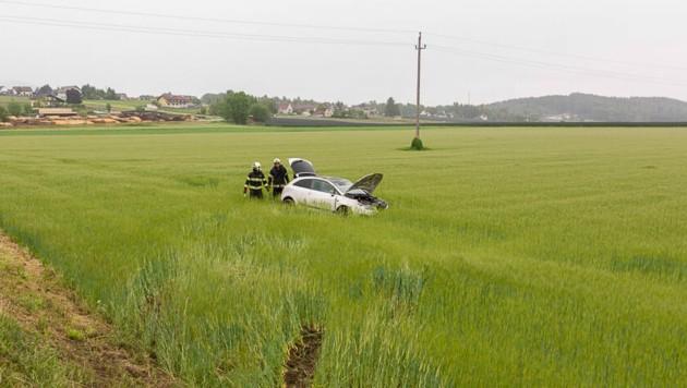Der Wagen überschlug sich zweimal und kam schließlich auf einem Acker zum Stillstand. (Bild: FF Landscha)