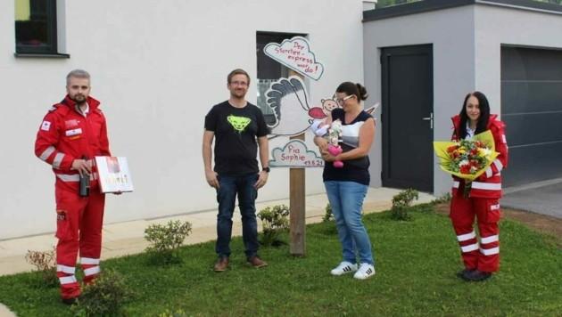 Das Rotkreuz-Team überbrachte der Familie seine Glückwünsche. (Bild: RK Steiermark)