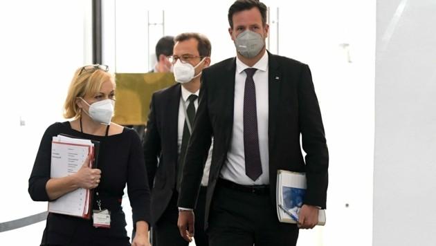 Bundeskriminalamtschef Andreas Holzer (r.) am Dienstag im Ibiza-U-Ausschuss. Es ist seine zweite Befragung im laufenden Ausschuss. (Bild: APA/HELMUT FOHRINGER)
