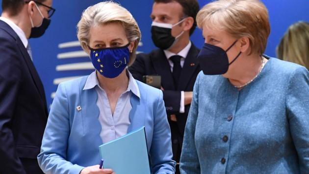 EU-Kommissionspräsidentin Ursula von der Leyen am Dienstag mit Staats- und Regierungschefs, neben ihr auch die deutsche Bundeskanzlerin Angela Merkel. (Bild: AP)