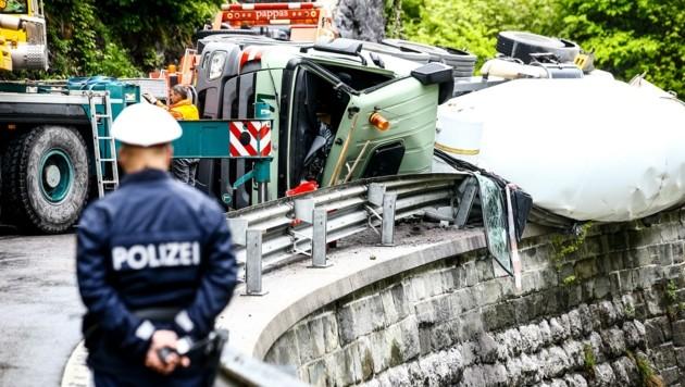 Der Betonmischer kippte in Hüttau um und verlor Betriebsmittel. (Bild: Gerhard Schiel)