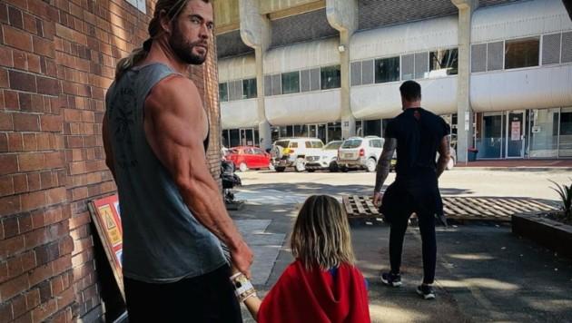 """""""Thor""""-Star Chris Hemsworth mit seinem Sohn, der lieber Superman sein möchte. (Bild: instagram.com/chrishemsworth)"""