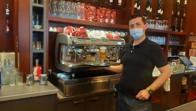 Kellner Isi vom Cafe Jonas am Franz-Jonas-Platz will mit Einhaltung der Vorschriften seine Gäste und das Lokal schützen. (Bild: Viktoria Graf)