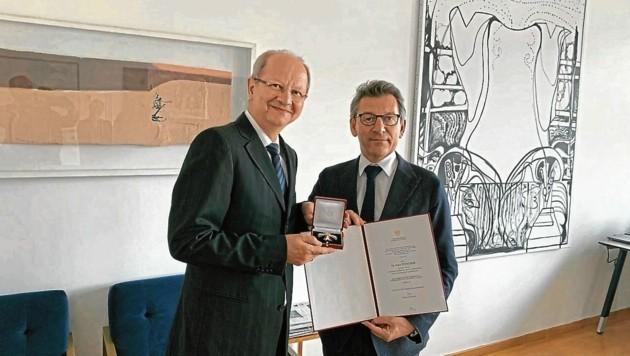 Der aus Kärnten stammende Historiker Hans Petschar, der als Direktor des Bildarchivs und der Grafiksammlung an der Österreichischen Nationalbibliothek tätig ist, wurde von Sektionschef Jürgen Meindl geehrt. (Bild: zVg)