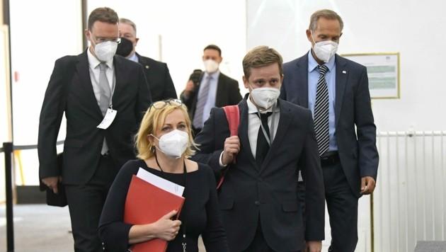 Oberstaatsanwalt (WKStA) Matthias Purkart (Mitte) am Weg zu seiner Befragung im Ibiza-U-Ausschuss (Bild: APA/HELMUT FOHRINGER)