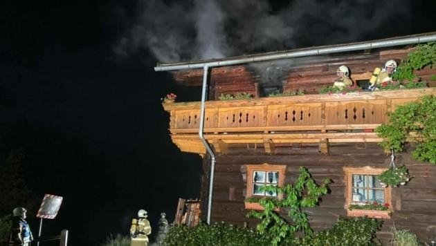 Dieses Bauernhaus fing in der Nacht Feuer. (Bild: Freiwillige Feuerwehr Bischofshofen)