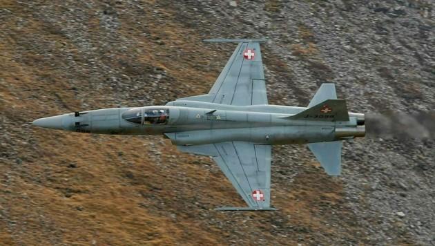 Ein F-5E-Jet der Schweizer Luftwaffe bei einem Trainingsflug in den Alpen (Bild: REUTERS)