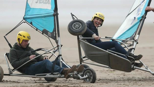 Prinz William und Herzogin Kate amüsieren sich beim Sand-Segeln am Strand ihrer alten Universitätsstadt St. Andrews. (Bild: APA/AP)