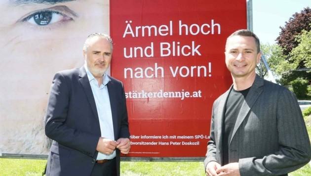 Hans Peter Doskozil und Robert Hergovich vor dem Plakat. (Bild: Judt Reinhard)