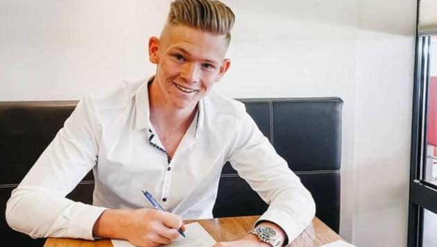 Paul Tschernuth unterzeichnet seinen ersten Profivertrag. (Bild: Paul Tschernuth)
