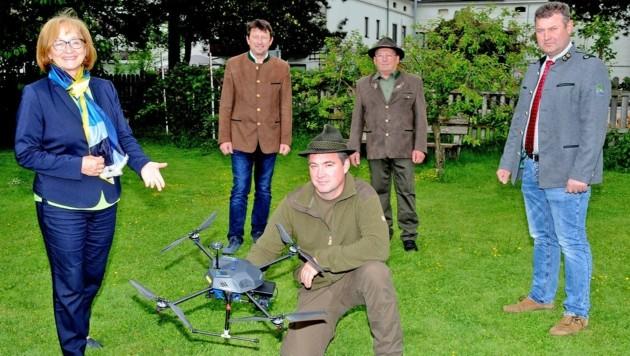 Maria Kogler, Johann Leichtfried (Mitte) und Franz Reikersdorfer (re.) mit Jägern und einer Drohne. (Bild: Crepaz Franz)